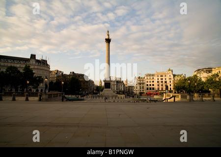 Trafalgar Square, temprano en la mañana el sol tomada desde el norte hacia el sur, a la columna de Nelson. Londres, Inglaterra