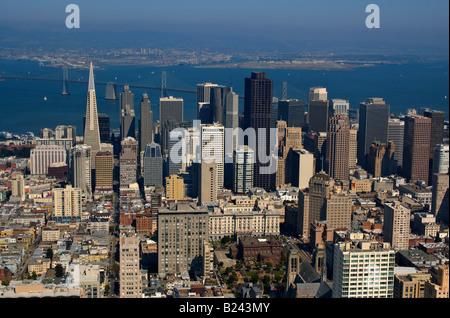 Una vista aérea de la ciudad de San Francisco y el Puente de la Bahía Oakland puerto en el fondo iluminado por el cálido sol de la tarde