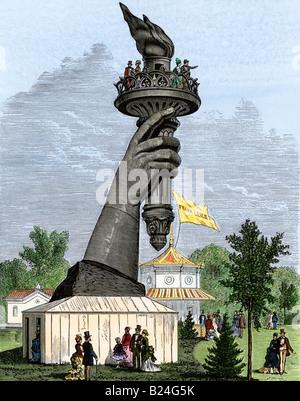 Antorcha de la estatua de la libertad en la exhibición en la exposición del centenario de Filadelfia de 1876. Xilografía coloreada a mano Foto de stock