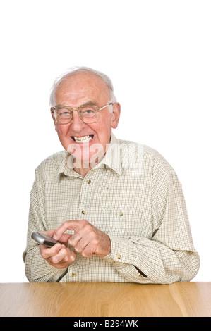 Un anciano frustrándote tratando de texto o utilizar el teléfono móvil con los pequeños botones y números.