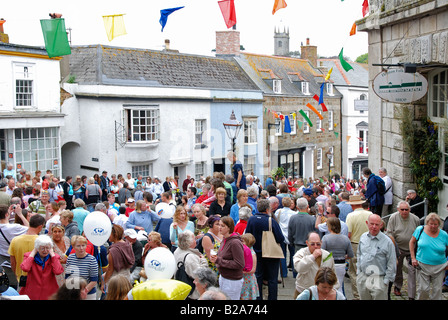 Multitudes de personas se reúnen en las calles de Helston, Cornwall, Reino Unido, para las celebraciones del día de la flora en el 8º de mayo de cada año