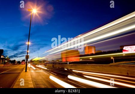 Tráfico borrosa al atardecer en Waterloo Bridge de Londres Reino Unido Europa Foto de stock