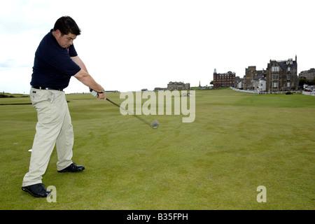 Un golfista masculino tees hasta el 18 en St Andrews Old Course
