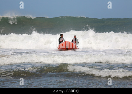 RNLI salvavidas en un bote de rescate en el mar embravecido off Santa Inés, Cornualles, en el REINO UNIDO