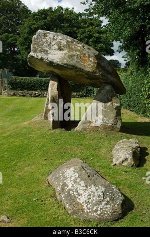 Reino Unido, Gales pembrokeshire. Situado justo a las afueras de la aldea de Newport, en el norte de Pembrokeshire, Carreg Coetan Arthur