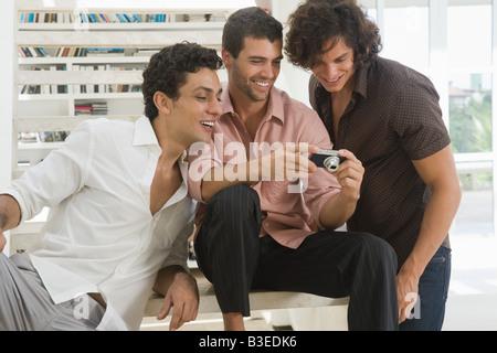Hombre mirando las fotos de una cámara