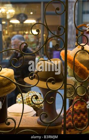 Tienda de venta de mens tradicionales guantes de cuero, sombreros y accesorios de moda en las Galeries Royales St Hubert en Bruselas Bélgica