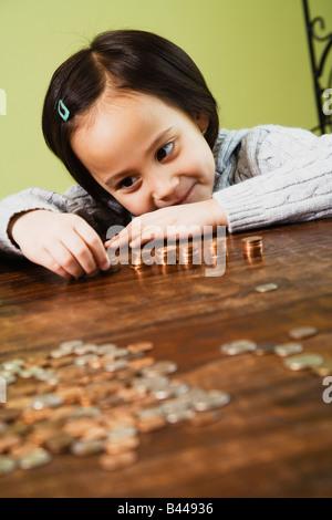 Chica contando las monedas asiáticas