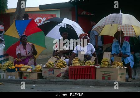 Mujeres vendedoras ambulantes en el mercado, Sudáfrica Foto de stock
