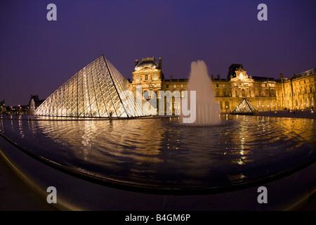 Pirámide de Cristal del Louvre en la entrada al Museo y Galería de Arte de noche París Francia Europa UE