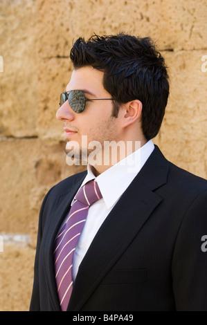 Hombre de negocios con gafas de sol