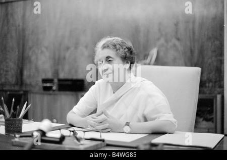 El Primer Ministro de la India, Indira Gandhi, visto aquí aquí en la oficina en el edificio del Parlamento en Nueva Foto de stock