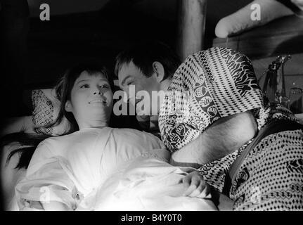 Sólo se vive dos veces las películas de James Bond 007 de octubre de 1966 James Bond 007 Sean Connery en la cama con una de las chicas Bond Akiko Wakabayashi durante el rodaje de la película sólo se vive dos veces Foto de stock