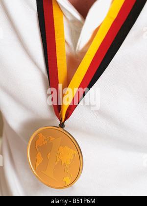 Hombre en camiseta deportiva vistiendo Medalla de Oro
