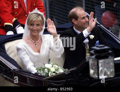 Prince Edward Royal Wedding 1999 Boda de Sophie Rhys Jones al Príncipe Edward en la capilla de San Jorge en Windsor hoy 19 de junio de 1999, PIC muestra el Príncipe Eduardo y Sophie salir de la capilla Foto de stock