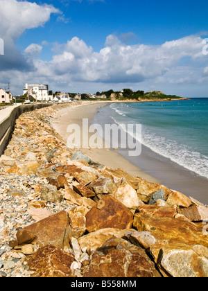 La larga playa de arena dorada en Primel Tregastel en la costa norte de Finisterre, Bretaña, Francia, Europa