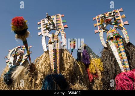 Bobo máscaras durante las festividades, Sikasso, Malí, África