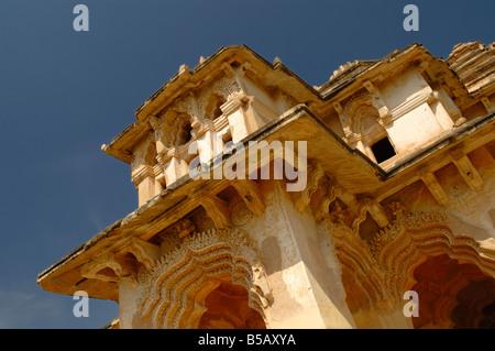 Los dos storeyed Lotus Mahal con arcos rebajados es uno de los principales atractivos en el sitio del Patrimonio Mundial de Hampi.