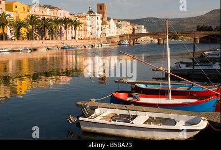 Veleros descansan sobre la orilla del río Temo en la colorida ciudad de Bosa, Cerdeña, a unos 40 kilómetros al sur de Alghero.