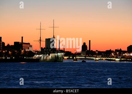 Crucero ruso Aurora (1900-1903) en la madrugada en San Petersburgo, Rusia Foto de stock