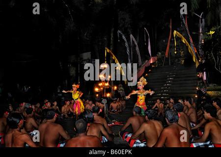 Bailarinas durante una actuación de Ketjak o Ketiak Kecak, danza en Ubud, Bali, Indonesia, Asia