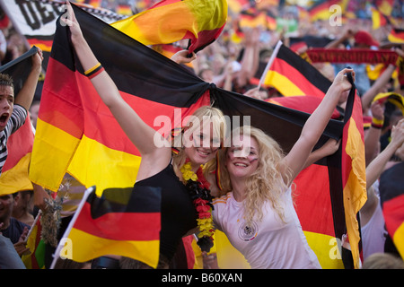 Mujeres hinchas con banderas alemanas viendo el juego final de la EM en el fútbol la milla de los fans de Berlín, Berlín