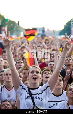 Ventiladores viendo el juego final de la EM en el fútbol la milla de los fans de Berlín, Berlín
