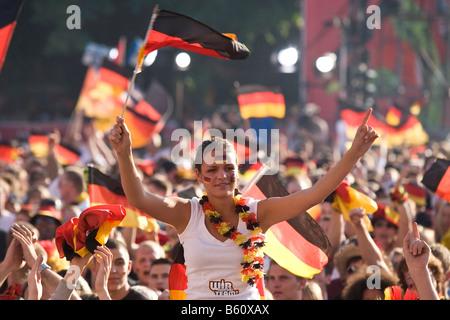 Ventiladores con banderas alemanas viendo el juego final de la EM en el fútbol la milla de los fans de Berlín, Berlín