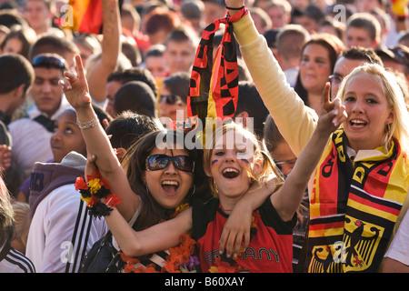 Los jóvenes aficionados viendo el partido final del fútbol EM en la milla de los fans de Berlín, Berlín