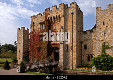 La puerta de entrada, con un puente levadizo, el castillo de Hever, Hever, Condado de Kent, Inglaterra, Gran Bretaña, Europa