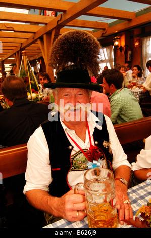 Hombre en traje tradicional bávaro, Wies'n, octubre fest, Munich, Baviera, Alemania, Europa