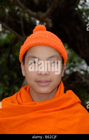 Retrato de un novicio budista llevando un gorro de color naranja, provincia de Phongsali, Laos, Sudeste de Asia