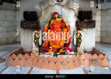 La India, Mumbai, Maharashtra, el interior del templo Babulnath (hindú). Estatua del ídolo dios Ganesha Foto de stock