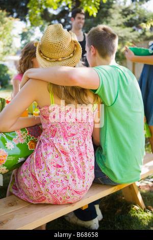 Amigos en Backyard Barbeque, Portland, Oregón, EE.UU. Foto de stock