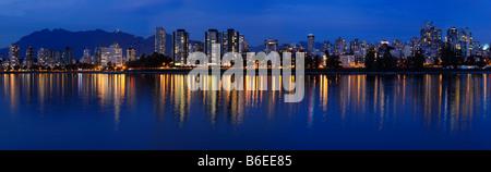 Panorama de West End de Vancouver skyline en crepúsculo reflejado en Bahía Inglesa de Vanier Park Foto de stock