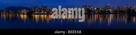 Amplio panorama de West End de Vancouver skyline las luces de la ciudad al atardecer se refleja en Bahía Inglesa Foto de stock