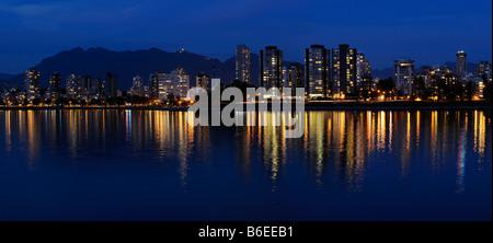 Panorama de West End de Vancouver skyline las luces de la ciudad al atardecer se refleja en Bahía Inglesa con la Foto de stock