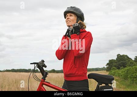 Mujer ciclista haciendo casco