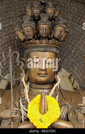 Guan Yin y los mil brazos estatua en el templo budista de Bangkoks Chinatown, Tailandia.