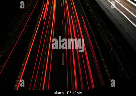 """Las luces de cola de tráfico """"larga exposición"""" en la noche"""