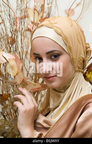 Joven y bella mujer musulmana llevar el hijab Foto de stock