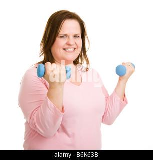 Hermoso modelo de tamaño plus ejercicios con pesas aislado en blanco