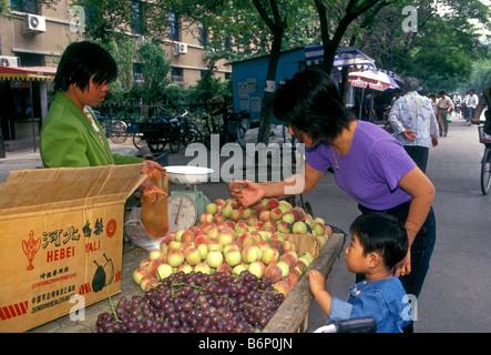 Proveedor de frutas, venta de duraznos, duraznos frescos, el mercado al aire libre, mercado, mercado Puhuangyu, Foto de stock