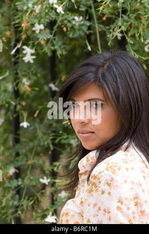 Bella mujer en el jardín Foto de stock