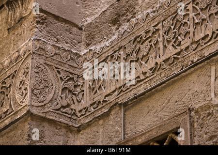 Inscripción de supervisor arquitectónico, Muhsin al-Bilsini, sobre inscripción en Kufic madrasa Shafi'i, Sultán Hasan complejo, El Cairo