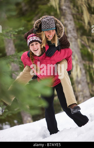 Las mujeres jugando en la nieve, el Gobierno campamento, Oregón, EE.UU.