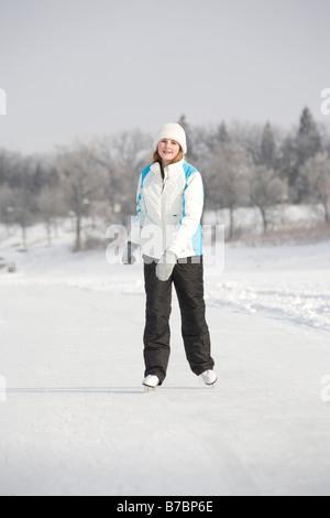 13 años, chica patinando sobre Río Rojo, en Winnipeg, Canadá