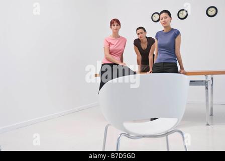 Las mujeres de negocios sentada en un escritorio
