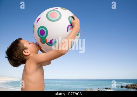 Boy voladura de pelota de playa
