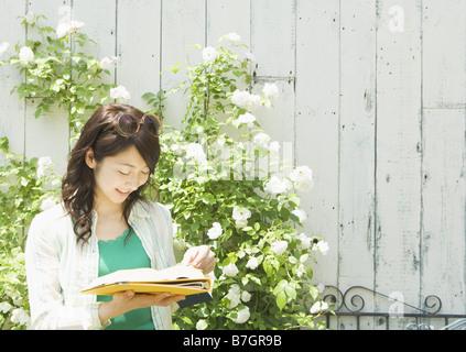 Mujer joven leyendo un libro
